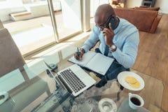 Biznesmen przy pracą w biurze zdjęcia royalty free