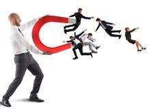 Biznesmen przyciąga ludzi z dużym magnesem Zdjęcie Stock