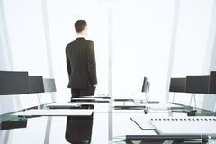 Biznesmen przyglądający out okno w nowożytnym sala konferencyjna dowcipie obraz royalty free