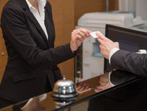 Biznesmen przyjeżdża w hotelu w i zdjęcie royalty free
