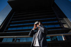 Biznesmen przystosowywa jego rzeczywistość wirtualna szkła Zdjęcia Royalty Free