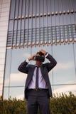 Biznesmen przystosowywa jego rzeczywistość wirtualna szkła Obrazy Stock
