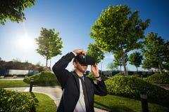Biznesmen przystosowywa jego rzeczywistość wirtualna szkła Fotografia Royalty Free