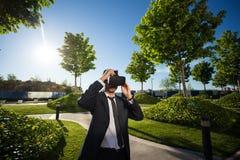 Biznesmen przystosowywa jego rzeczywistość wirtualna szkła Zdjęcia Stock