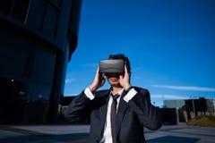 Biznesmen przystosowywa jego rzeczywistość wirtualna szkła Obraz Royalty Free