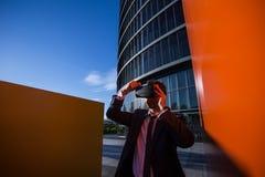 Biznesmen przystosowywa jego rzeczywistość wirtualna szkła Fotografia Stock