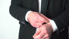Biznesmen przystosowywa rękawów mankieciki jego koszula zdjęcie wideo
