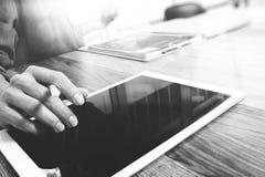 Biznesmen ręka dotyka cyfrową pastylkę Fotografia finansowy kierownik w Zdjęcia Stock