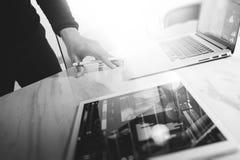 Biznesmen ręka dotyka cyfrową pastylkę Fotografia finansowy kierownik w Fotografia Stock