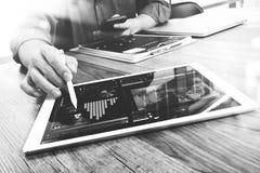 Biznesmen ręka dotyka cyfrową pastylkę Fotografia finansowy kierownik w Obrazy Royalty Free
