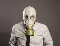 Biznesmen ręka jest ubranym maskę gazową fotografia royalty free