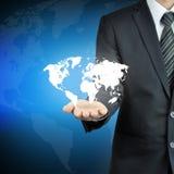 Biznesmen ręka niesie światową mapę obraz stock