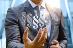 Biznesmen ręka pokazuje akapita artykuł Zdjęcia Stock