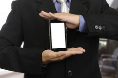 Biznesmen ręka przedstawia nowożytnego smartphone Zdjęcie Stock