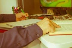 Biznesmen ręka używać pióro dla pisać dane informaci na papierkowej roboty pojęciu Biznesmen robi niektóre papierkowej robocie uż Fotografia Royalty Free