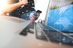 Biznesmen ręka używać telefon komórkowego z laptopem jako busi Zdjęcia Stock