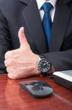 Biznesmen ręka w zbliżeniu pokazuje kciuk up Obrazy Royalty Free