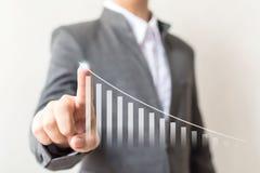 Biznesmen ręka wskazuje strzałkowatego wykres podchodził wzrostowego biznes Zdjęcia Stock