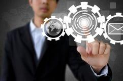 Biznesmen ręki dosunięcia guzik z dotyka ekranu interfejsem Zdjęcia Stock