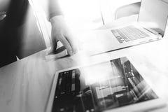 Biznesmen ręki mienia książkowa i cyfrowa pastylka Fotografia finansowy m Zdjęcia Stock