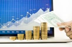 Biznesmen ręki mienia pieniądze rachunek i menniczy sterty dorośnięcie fotografia stock