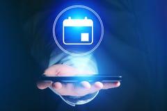 Biznesmen ręki mienia telefon komórkowy z kalendarzową ikoną Zdjęcia Stock