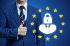 Biznesmen ręki mienia znaka ochrona danych ogólny przepis GDPR ogólnych dane ochrony przepisu pojęcie Biznesmen obraz royalty free