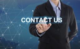 Biznesmen ręki odciskania guzika kontakt my obraz stock