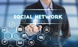 Biznesmen ręki odciskania guzika socjalny sieć Fotografia Stock