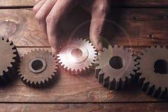 Biznesmen ręki przedstawienia przekładnia sukces zdjęcie royalty free