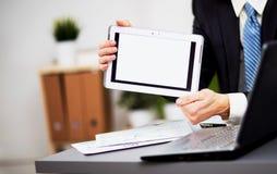 Biznesmen ręki trzymają dotyka ekran obraz stock