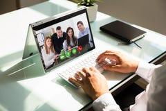 Biznesmen ręki wideo konferencja na laptopie zdjęcia stock