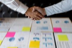 Biznesmen ręki wpólnie uścisk dłoni dla biznesowego projekta Obrazy Stock