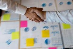 Biznesmen ręki wpólnie uścisk dłoni dla biznesowego projekta Fotografia Stock