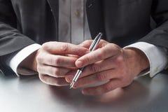 Biznesmen ręki z piórem dla kontraktacyjnego podpisu zdjęcia stock