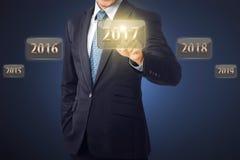 Biznesmen ręka dotyka 2017 liczb Zdjęcie Stock