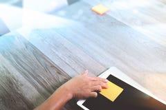 biznesmen ręka pracuje z notatka nutowym papierem na cyfrowej pastylce Fotografia Royalty Free