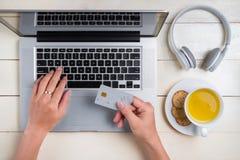 Biznesmen ręka trzyma kredytowej karty i use laptop Fotografia Royalty Free
