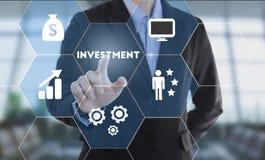 Biznesmen ręki odciskania guzika inwestycja Obrazy Stock