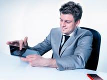 biznesmen ręki wskazuje na cyfrowej pastylce Obraz Royalty Free