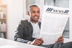 Biznesmen relaksuje podczas gdy studiujący wieść zdjęcia royalty free