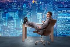 Biznesmen relaksuje w biurze Zdjęcia Stock