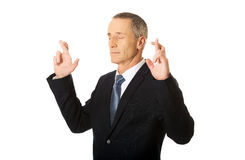 Biznesmen robi życzeniu z palcami krzyżującymi Zdjęcia Royalty Free