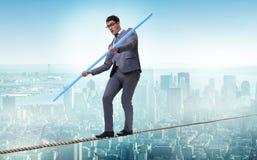 Biznesmen robi balansowanie na linie odprowadzeniu w ryzyka pojęciu Obrazy Stock
