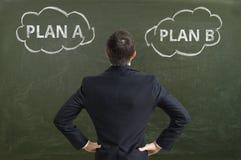 Biznesmen robi decyzi i wybiera najlepszy strategię biznesową Fotografia Stock