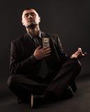 Biznesmen robi joga z sto dolarowymi rachunkami na sercu Fotografia Stock
