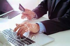 biznesmen robi kredytowej karty zakupowi online z laptopu compu Zdjęcia Royalty Free