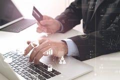 biznesmen robi kredytowej karty zakupowi online z laptopu compu Zdjęcie Stock