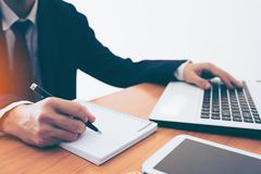 Biznesmen robi notatkom na papierze przy nadokienną krawędzią Zdjęcia Stock