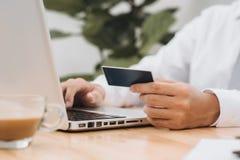 Biznesmen robi online bankowość, robi zapłacie lub kupuje p, zdjęcia stock